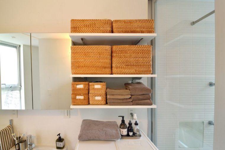 洗濯機の上に置かれたCOLONY2139のプッシュ式ハンドクリームは1プッシュで手に付けられて水仕事で手がカサカサする季節に特に重宝しているお気に入り。デザインが好きで洗剤も愛用しているそう