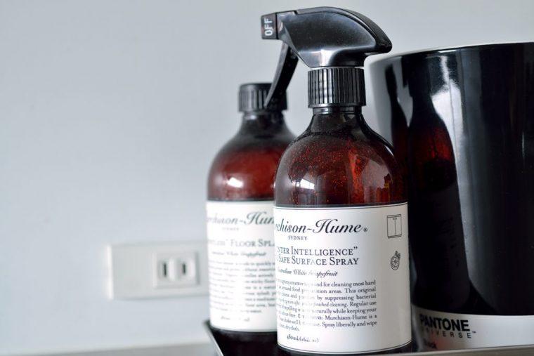 食器洗い用洗剤やスポンジもピンクとかグリーンの物は使わず黒と白の物で統一感を出している