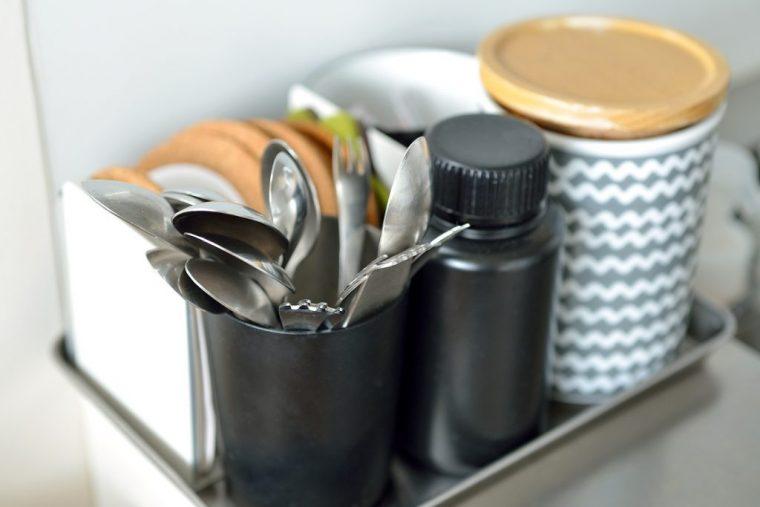 アクション数を少なくするために、よく使うスプーンやフォークなどは外に出している。トレイにまとめることで取り出しやすく、掃除もしやすい