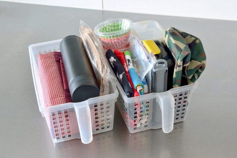 キッチンの戸棚の中の多くは取り出しやすいようにボックスに入れて収納。お弁当セットも誰の物かわかるように個人ごとに整理。形の異なるレトルト食品や袋物の食品などもファイルボックスにまとめて収納されていた