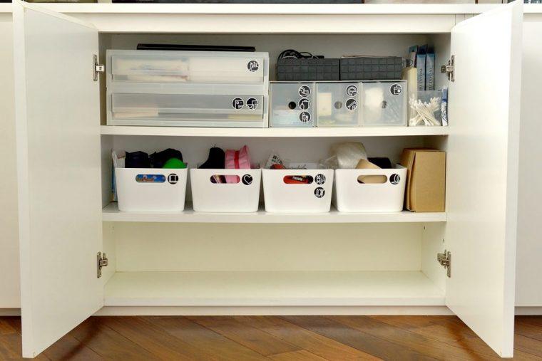 リビングは共有スペースなので戸棚の中も家族みんながしまう場所がわかるよう収納ボックスに入れて定位置を決めている