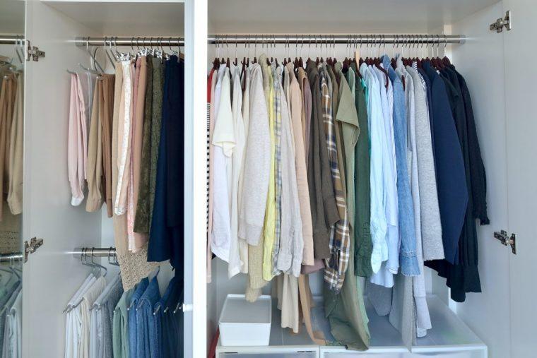 感覚で服を素早くコーディネートもできるように、宇高さんは大まかな色別でクローゼットを整理している。洋服の数を必要なものだけにして、1年を通して衣替えをしないのも片付け、整理の手間を省くポイント。収まらなくなったら手放すことを検討している