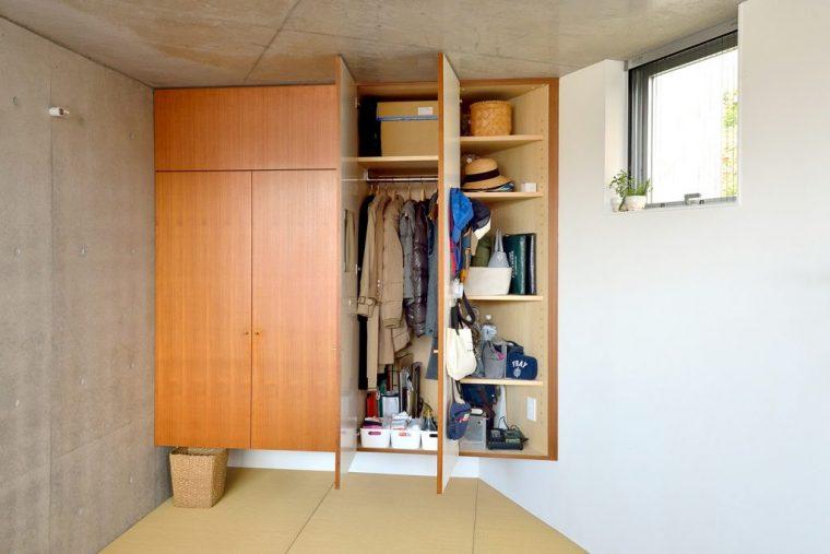 動線に合わせて収納場所を決めているのが宇高家の片付けの大原則。外出時に使うコートやバッグは玄関から一番近いクローゼットに収納