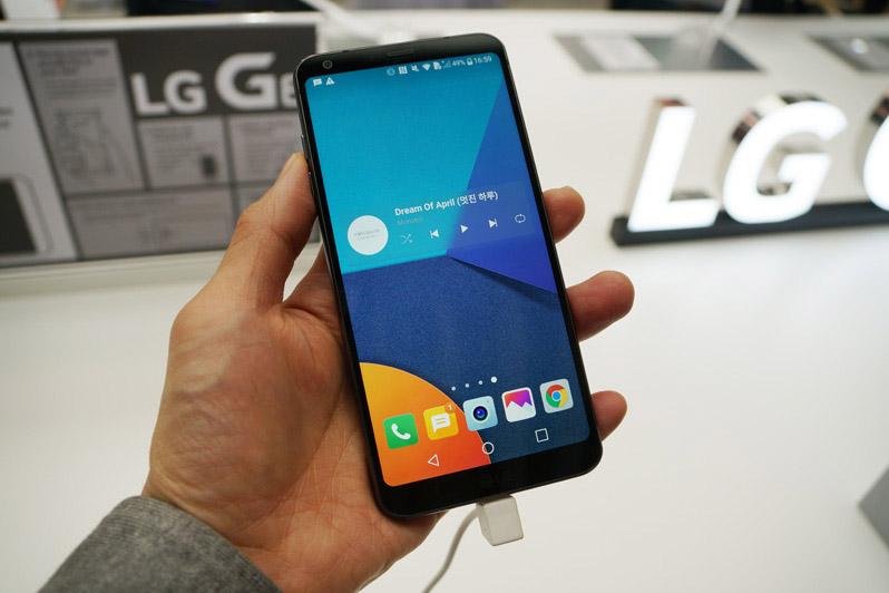 ↑LGが発表したフラグシップスマホ「LG G6」。Dolby VisionとHDR10、ふたつの方式によるHDR映像の再生に対応したことが大きな特徴