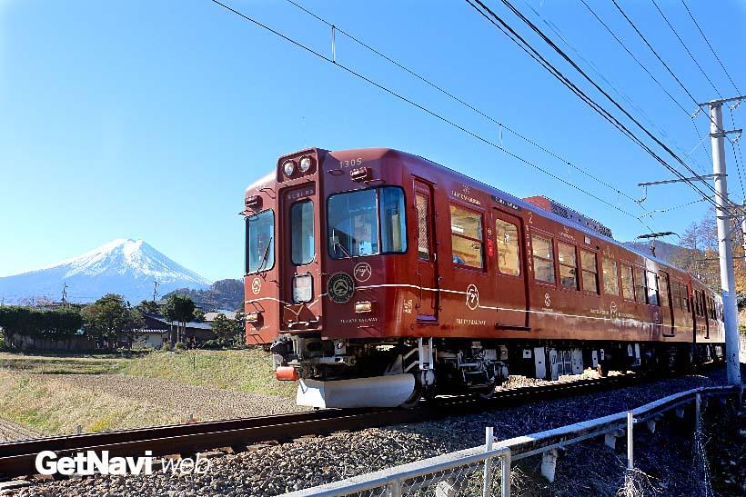 ↑元京王5000系を改造した「富士登山電車」。さび朱色の車体が目立つ。富士山が良く見える区間では減速して走る