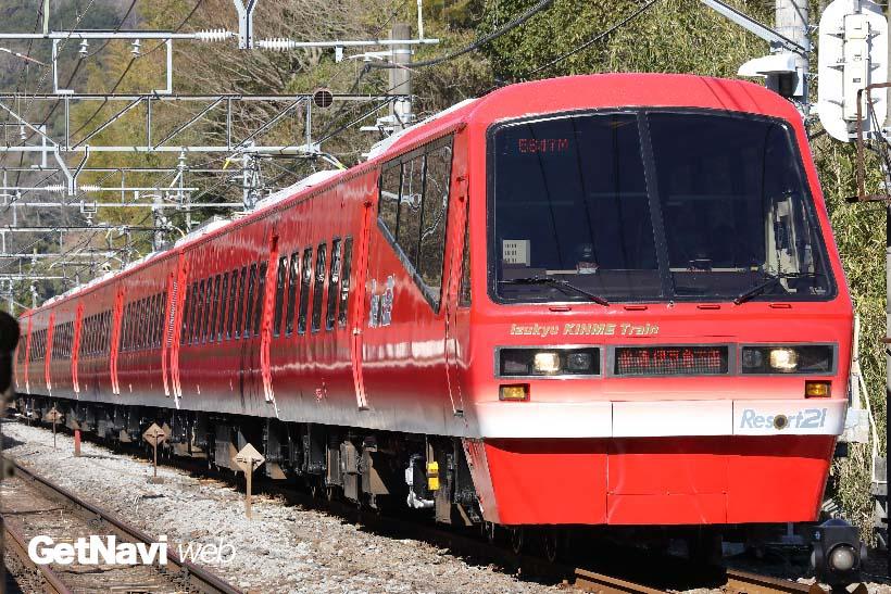 ↑「Izukyu KINME Train」は、東伊豆の港で水揚げされる名物「キンメダイ」にちなみ赤く塗られた
