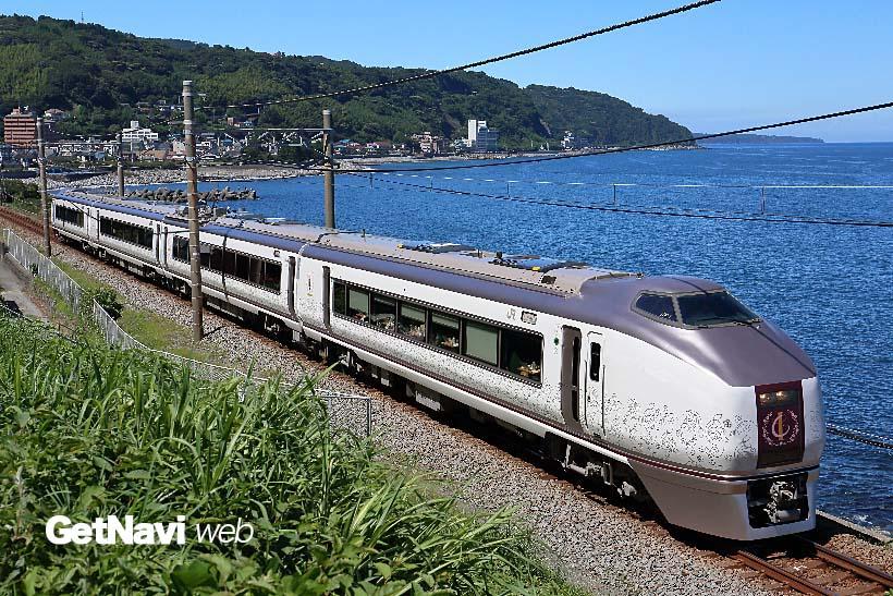 ↑JR東日本651系を改造して生まれた「伊豆クレイル」。伊豆急行の片瀬白田駅付近では速度を落として走る