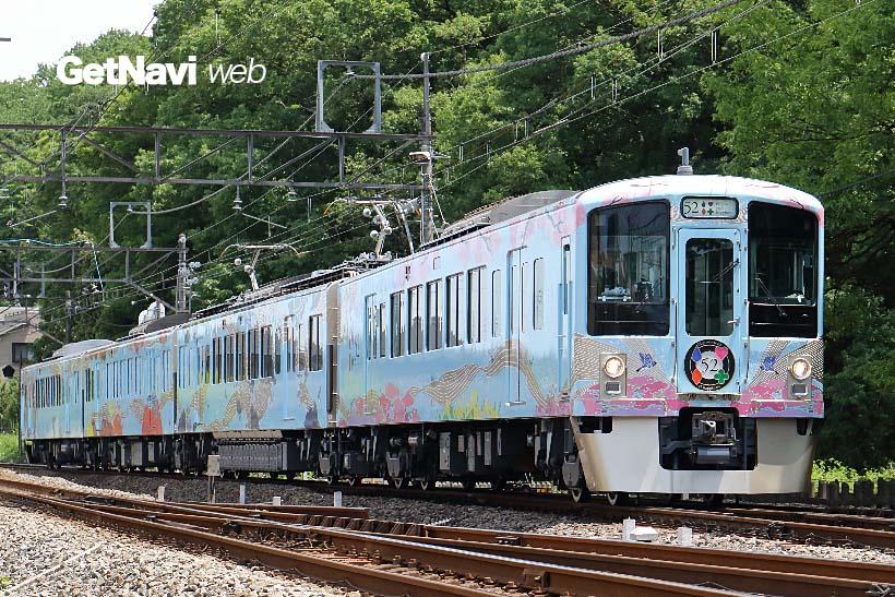 西武鉄道の観光列車「52席の至福」。淡い水色の車体には、四季折々の沿線を代表する景色が描かれる