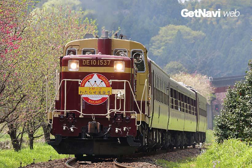 ↑「トロッコわたらせ渓谷号」は開放感満点のトロッコタイプの客車などをディーゼル機関車が引き走る