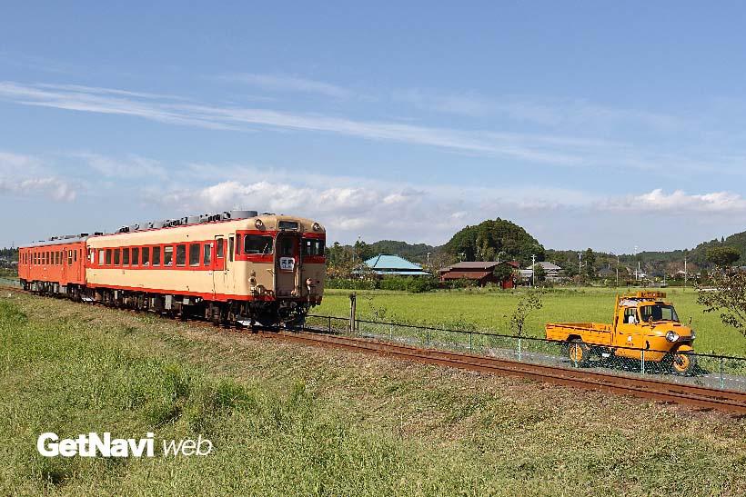 ↑いすみ鉄道のキハ28形とキハ52形。ちょうど年代物のオート三輪が並走する風景と出会った