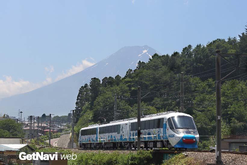 ↑富士山を背景に走る8000系「フジサン特急」。車体にはキャラクター「フジサン」のイラストが描かれる
