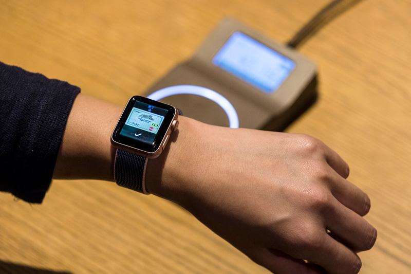 ↑Apple Watchのサイドボタンを2度押し。使用するカードを表示して店頭のリーダー端末にかざすだけで素速く買い物ができます