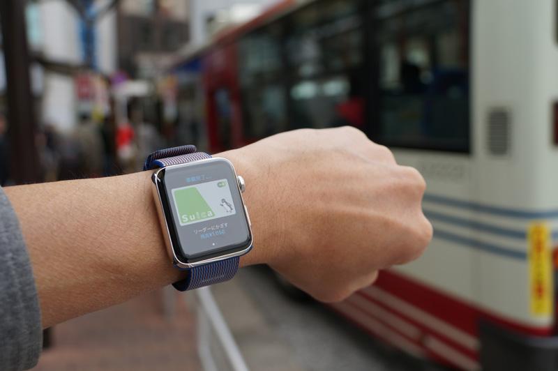 ↑電車やバスなどSuicaが使える公共交通もApple Watchで素速く支払える。Suicaをエクスプレスカードに設定すればサイドボタンの操作も不要。朝の慌ただしい通勤時間にはとても頼もしく感じるはず