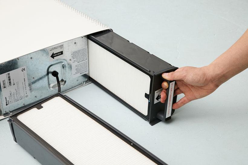↑フィルターは本体底から簡単に引き抜くことができます。フィルター交換は、2分もあれば終了する簡単な作業です