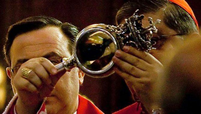 ↑聖ヤヌアリウスの血を手にする大司教