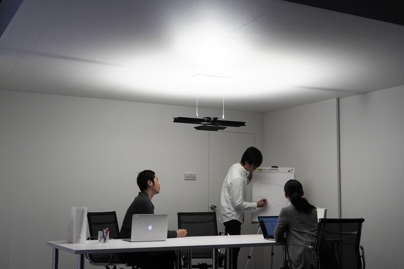 ↑明るさを上下別にコントロールできるので、ホワイトボードに明かりが映り込まずに見やすくなる