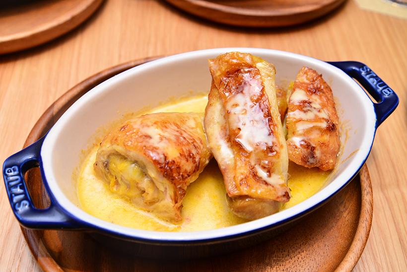 ↑鶏のクリームソース(2000円)。バターの風味が香り高く、ジュは赤ワイン、クリームソースは白ワインとの相性がよさそうです