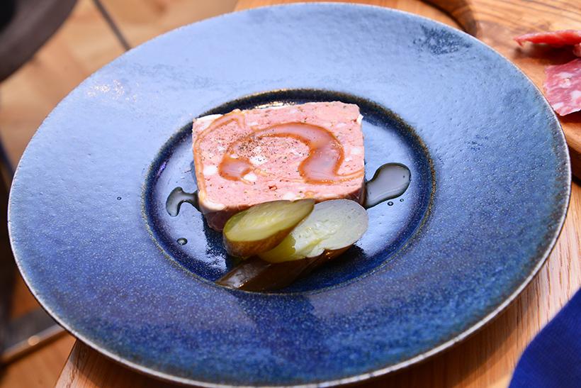 ↑テリーヌ・カンパーニュ(1000円)。肉の旨みと香辛料の風味が凝縮され、自家製ピクルスが好アクセントに