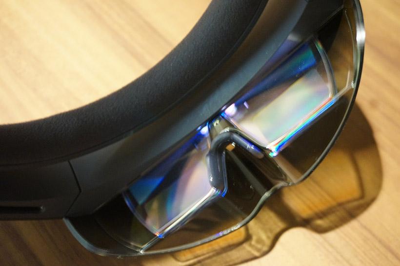 ↑レンズは透過型の液晶を採用して、画面が表示されても現実の視界が遮られない仕様。レンズカバーは画面を見やすくするために少し暗くなる配色が施されています