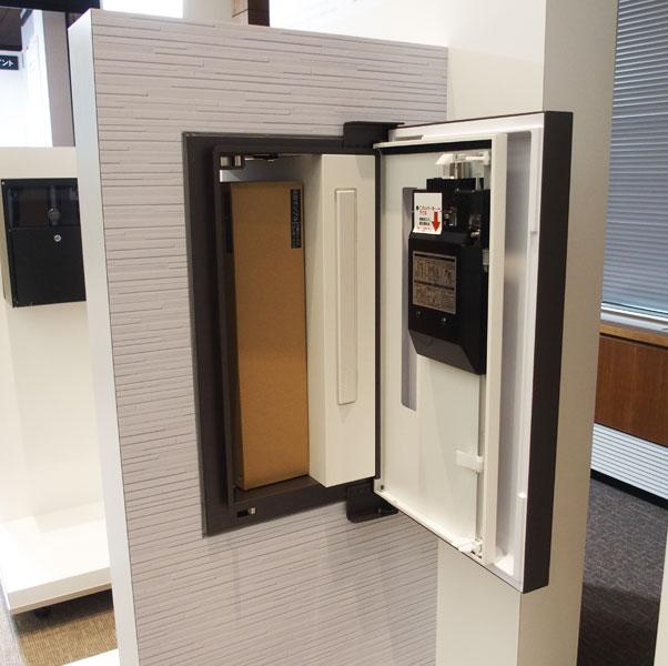 ↑↑住宅の壁に取り付け、家の中から荷物が取り出せるCOMBO-int。鋼板のフタを採用することで準防火地域での施行にも対応します