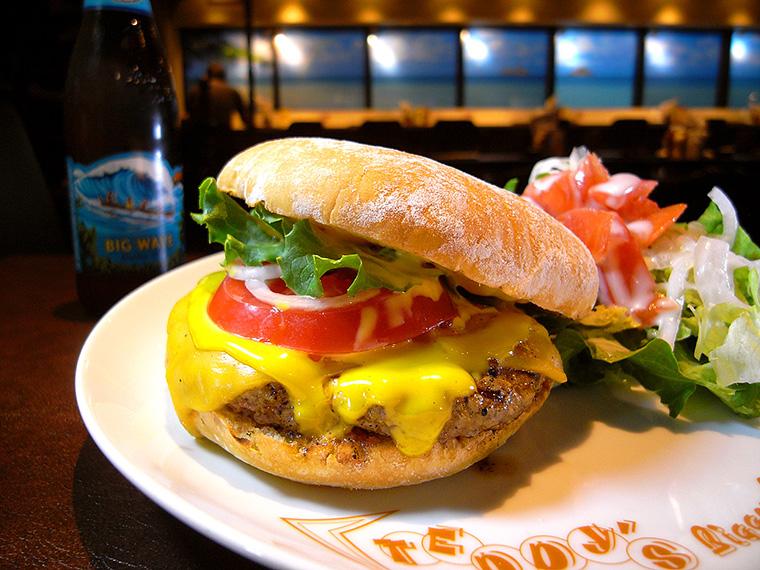 ↑「プレミアムチーズバーガー」(Bigger/1382円)。やわらかく食べやすいバンズとパティの間に15種類のシーズニングと自家製スーパーソースが華麗にかかる