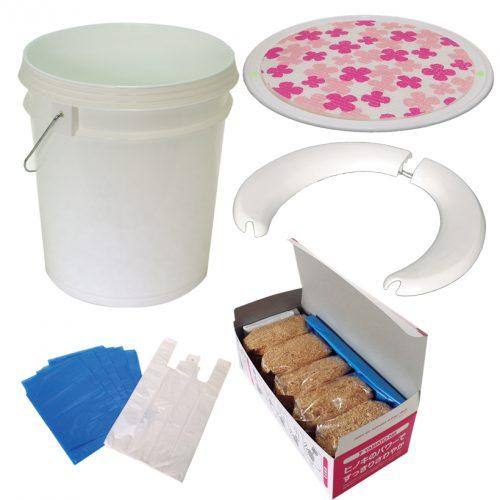 ↑イスとして使えるペール缶には便座、ヒノキパック(トイレ処理剤)、目隠し用ポンチョ、ビニール袋、ポケットティッシュなどが同梱されている