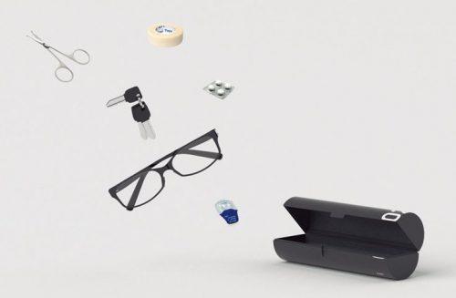 ↑「02」はメガネや常備薬などの小物を入れるためのケース。筒はハードな素材を採用し、外からの衝撃にも耐えられる (写真の小物は製品に含まない)