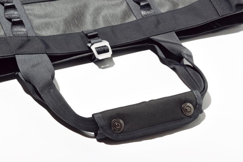 ↑開口部には堅牢性と耐食性に優れたアルミフックを採用。持ち手はパッド入りのスナップボタン留め仕様だ