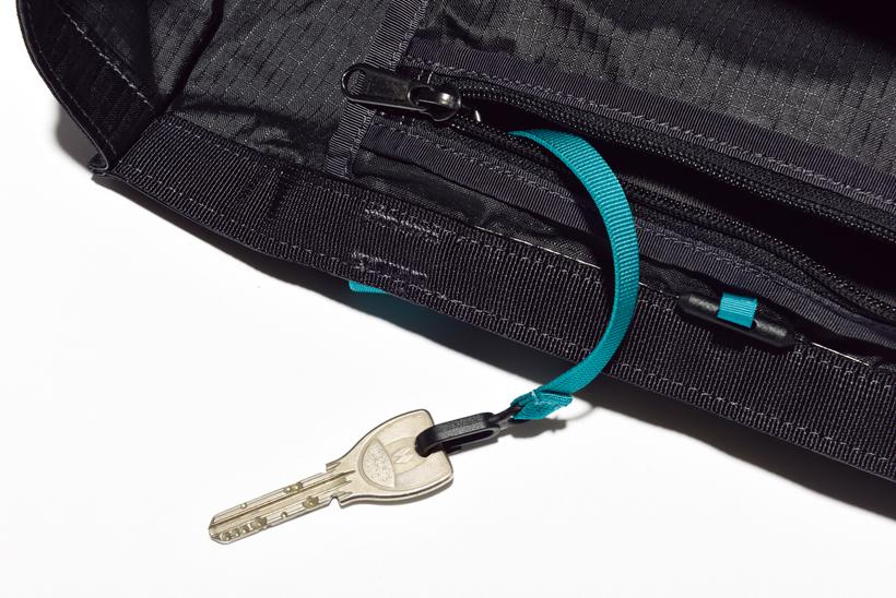 ↑ポケット内にキークリップを装備。なお、ポケット内に本体を収納した際にはキークリップがハンドルになる