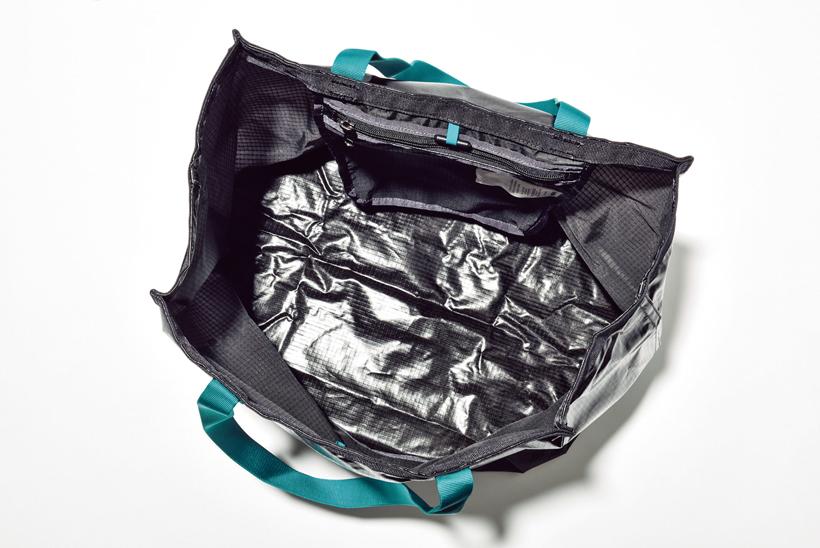 ↑メイン室内にジッパー式ポケットをひとつ搭載。開口部の中央にはトグルがついており、閉じても使える