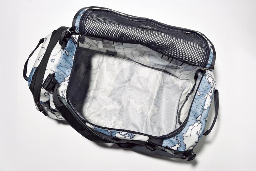 ↑大きく開き、荷物の出し入れがしやすいU字型の開口部。上ぶたの裏には大型のメッシュポケットを備える
