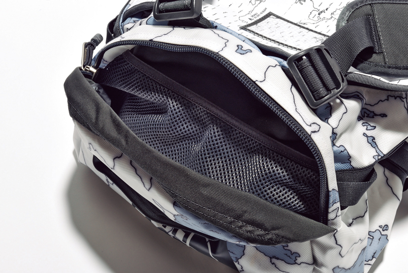 ↑サイドにはメッシュポケット付きのセカンドコンパートメントを配置。頻繁に出し入れするモノの収納に最適だ