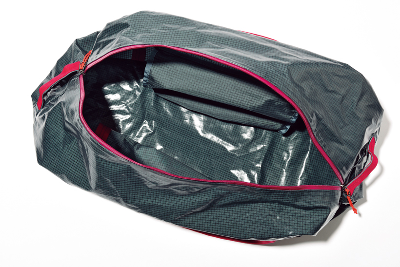 ↑開口部には、大きく開く斜め型ジッパーを使用。中の荷物の視認性と取り出しやすさを確保している