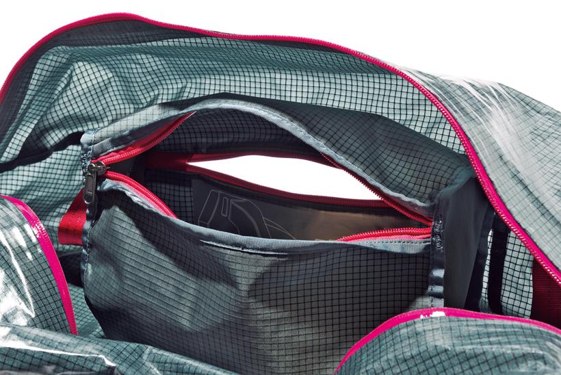 ↑外側からも内側からもアクセスできるジップポケットを搭載。ポケット内に本体を丸め込んで収納できる