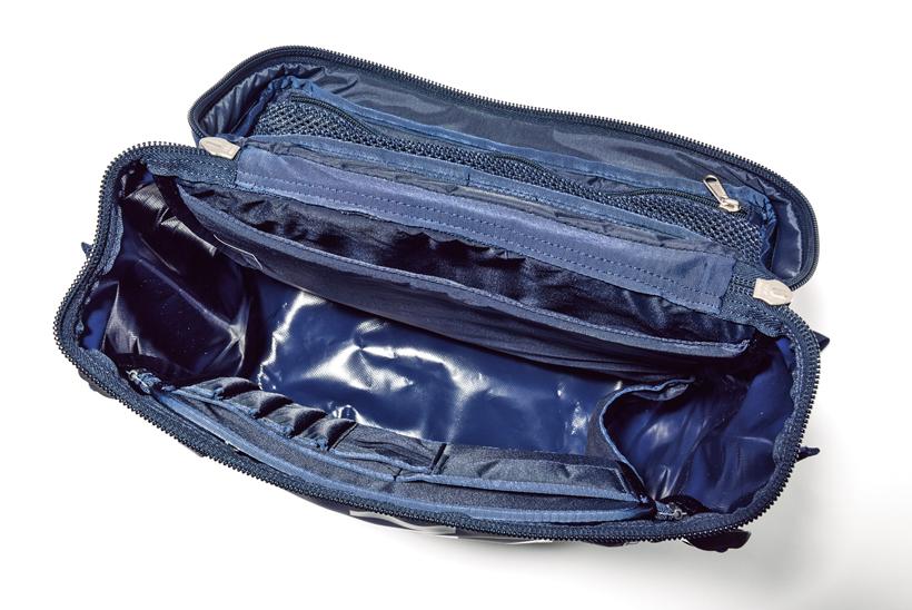 ↑内部には15インチまでのPCを収納できるパッド付きスリーブを備える。フラップはメッシュポケット付き