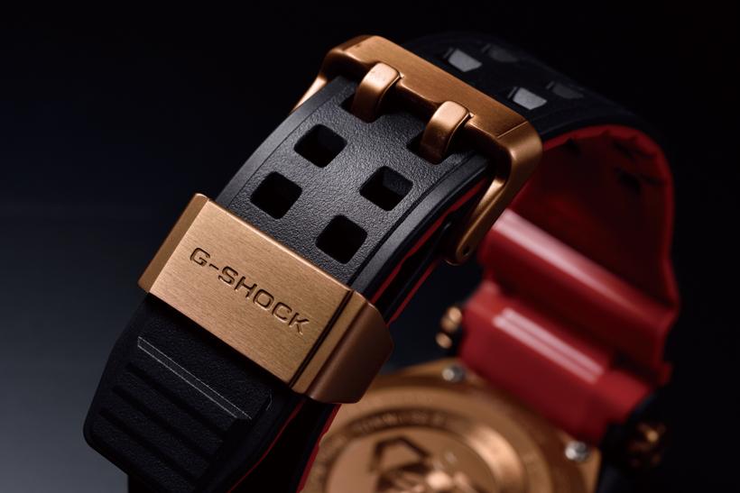 ↑ローズゴールドIP(※)を尾錠などに施す。ストラップは耐久性の高いカーボンインサートバンド