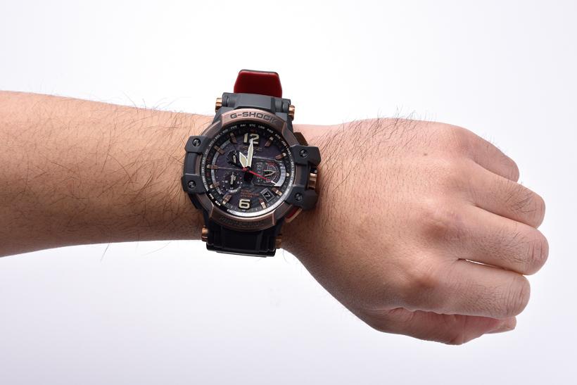 ↑機能が充実しているぶん、時計は大型。重厚感もあり、がっしりした腕の人に似合いそう
