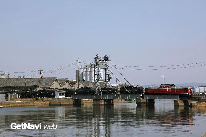 ↑可動橋・末広橋梁を渡るセメント列車。列車が走らない時間帯は橋桁が開き、船を通すことができる