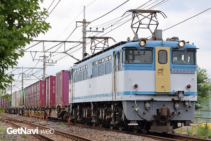 """↑広島更新色のEF65・2127号機は貴重な""""ネタがま""""として鉄道ファンの人気も高い"""