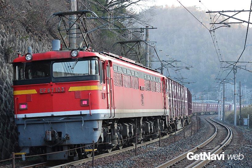 ↑独特の唸り音を上げて走るEF67。長編成の貨物列車の後ろに付き、列車を押す風景が絵になる