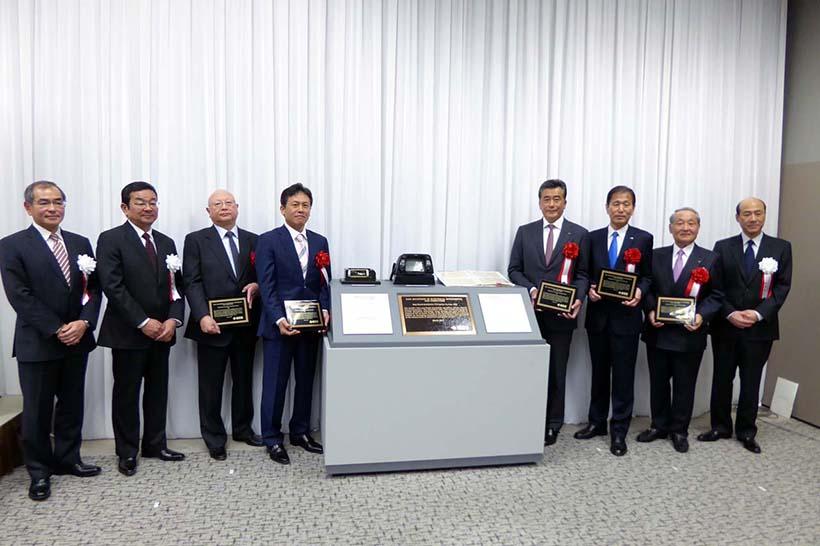 ↑ホンダ関係者(左から松本宜之 本田技術研究所代表取締役社長/八郷隆弘 本田技研代表取締役社長)と協力会社の代表者が集合