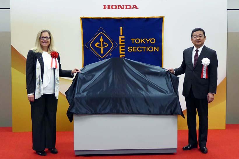 ↑式典ではIEEEのカレン・バートルソン会長から、認定の銘板が本田技研の八郷隆弘代表取締役社長に贈呈された