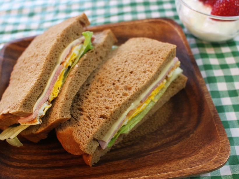 ↑具をいっぱい挟んでサンドイッチにすれば、低糖質ながら栄養たっぷりの朝食に