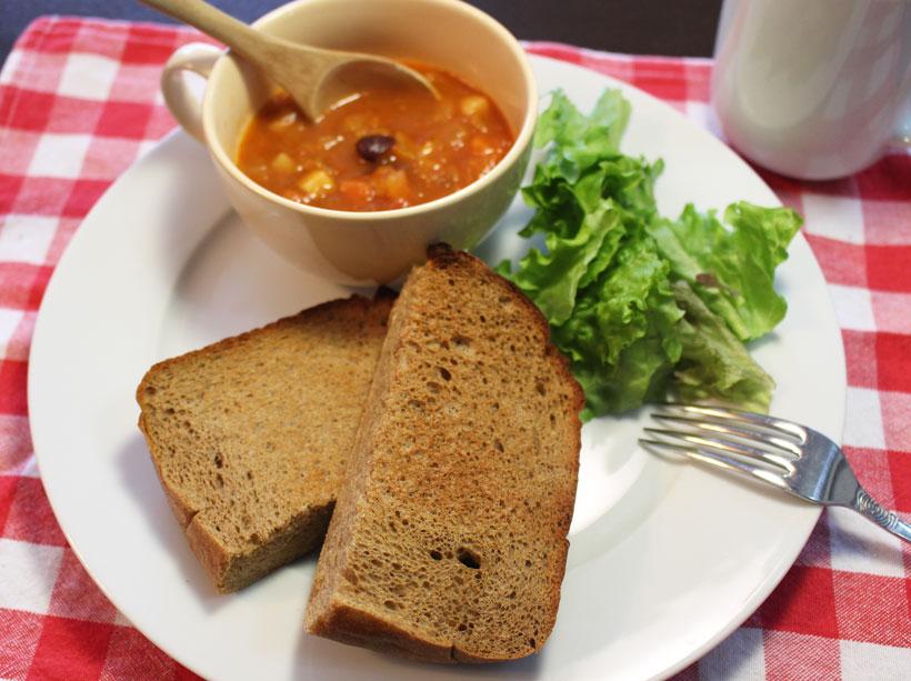 ↑ミネストローネなどの具沢山スープのおともにも。トーストすると、また違った風味になります