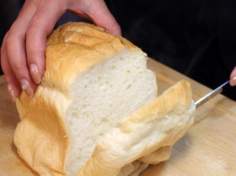 ↑パン切りナイフを入れてみると……ふわっと湯気が立ち上り、きれいな断面が見えました。こちらも大成功
