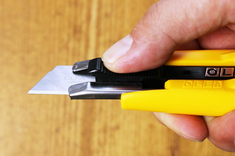 ↑スライダを押し込んでも、刃は最大でこれぐらいまでしか出ない。必要充分だ