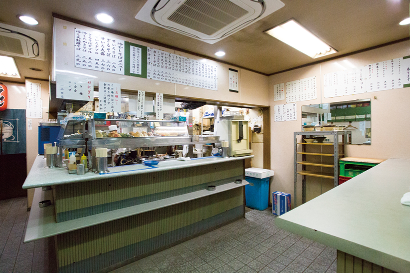 ↑カウン ターのショーケースに並ぶ天ぷらを 眺めて、その日のトッピングを選ぶ のも楽しい