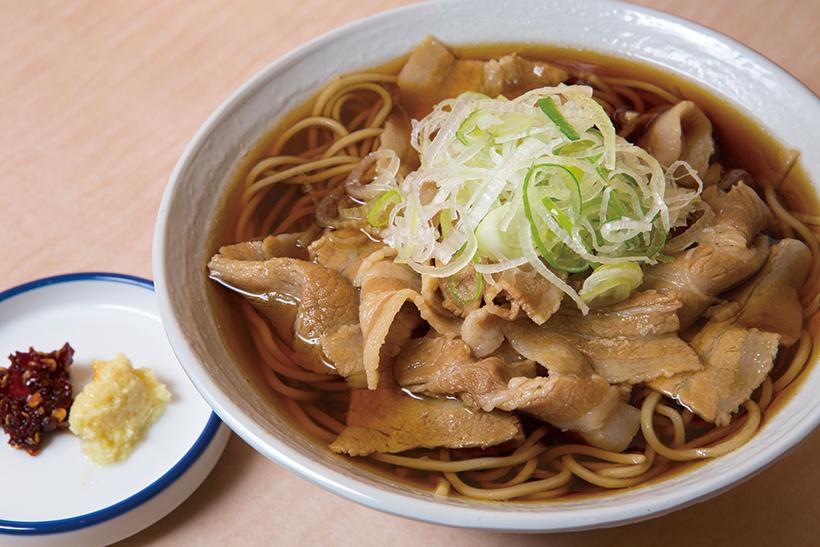 ↑ばら肉そば(580円)。甘辛く煮た豚ばら肉を70g使用。豚の 脂がつゆと相まって、食欲を刺激する。 しょうがと唐辛子がアクセントに