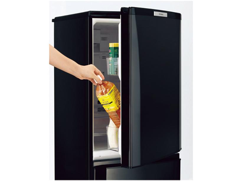 ↑ドアを全開せずにドアポケット横から飲み物が取り出せます。冷蔵室の冷気を逃しにくく省エネに
