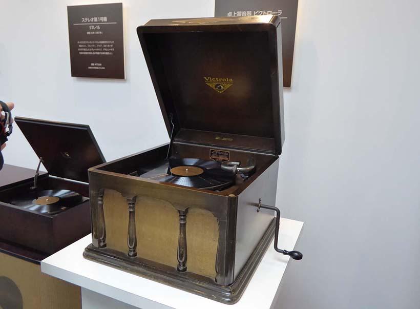 ↑1930年(昭和5年)に国産第一号の卓上蓄音機「ビクトローラ J1-80」